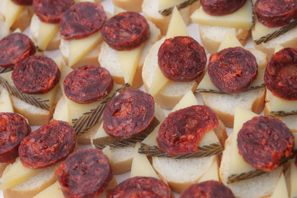 Tapas de Chorizo riojano y queso